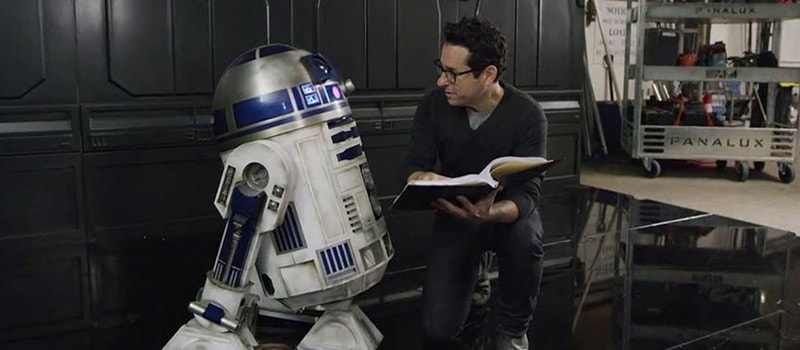 J.J. Abrams com R2D2 no set de Star Wars: The Force Awakens